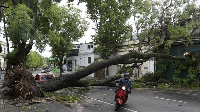 Un fuerte temporal provocó destrozos en Montevideo y mantiene a Uruguay en alerta roja