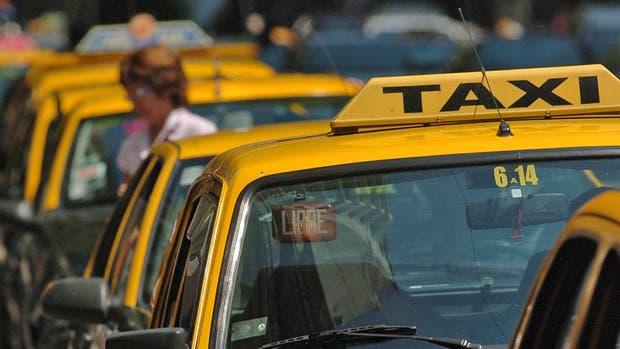 Se tiró del taxi para evitar ser violada por el chofer