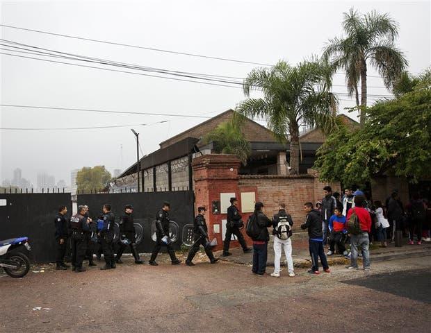 Efectivos policiales custodian uno de los accesos al predio desalojado