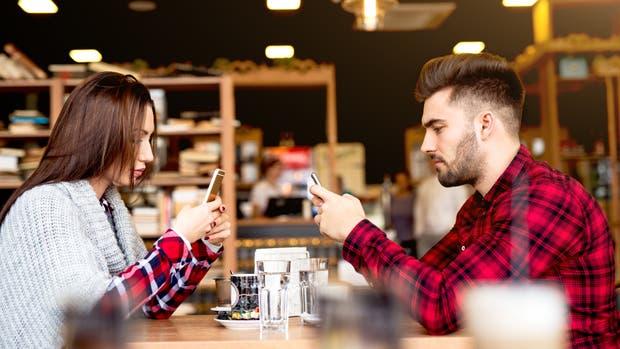 El Phubbing consiste en el acto de menospreciar a quien nos acompaña al prestar más atención al móvil u otros aparatos electrónicos que a su persona