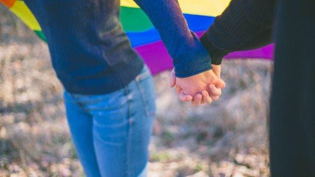 Algunos miembros de la comunidad LGBTQ se casan entre sí para evitar confrontar a sus familias sobre su orientación sexual