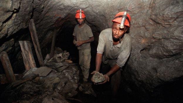 Los mineros cavan y llenan bolsas con los escombros que son sacados a la superficie con la ayuda de cuerdas