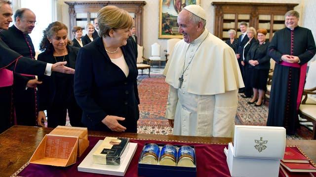 Los alfajores y el dulce de leche que le regaló Merkel a Francisco