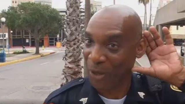 El policía de Corpus Christi Richard Olden dijo que escuchó los gritos del hombre.