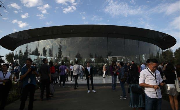 El auditorio Steve Jobs tiene capacidad para 1000 personas y tiene un techo de fibra de carbón.