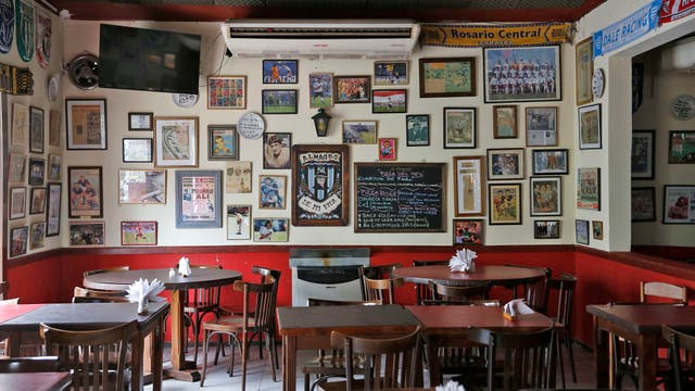 El restaurante es un tradicional bodegón de pizzas y empanadas fundado en 1963 por los futbolistas René Pontoni y Mario Boyé