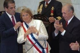 Bachelet, momentos después de haber recibido la banda presidencial, acompañada por los ex mandatarios chilenos Frei (izq.) y Lagos