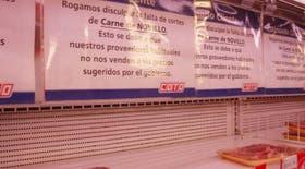 Carteles avisan la falta de algunos cortes de carne en el supermercado Coto