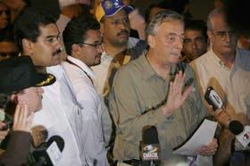 El ex presidente Néstor Kirchner, acompañado por los cancilleres venezolano y argentino, anuncia el fracaso del operativo de rescate