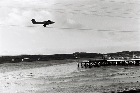 Un Pucará de la FAA sobrevuela Puerto Argentino. Foto: Gentileza Diego Pérez Andrade