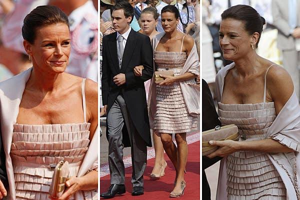 Estefanía llevó un sofisticado vestido color nude de escote recto y breteles finos, realizado con pequeñas tablas; acompañó con un chal también con detalles de tablas. Foto: Reuters/AP/AFP/EFE