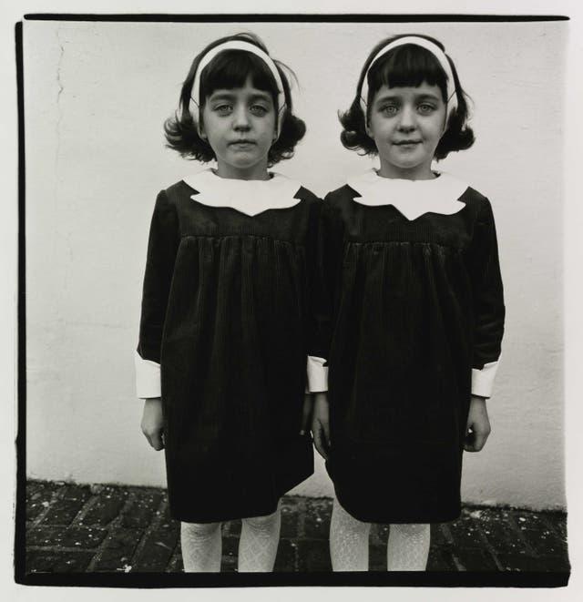 Selección de Sara Facio: Gemelas idénticas, Roselle, NJ, 1967. © The Estate of Diane Arbus, LLC.