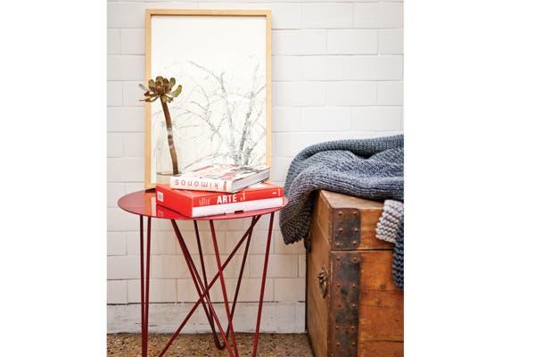 Mesa de chapa, cuadro pintado en acuarela de Sofía Wizinsky, detalles que enriquece el espacio.. Foto: Foto: Victoria Schiopetto