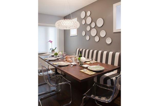 este comedor es un buen ejemplo del mix de estilos la mesa de madera oscura se complet con las sillas con base de metal y asiento acrlico
