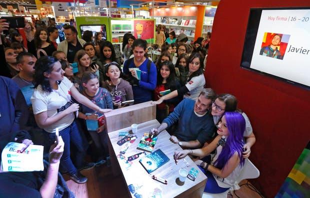 El booktuber Javier Ruescas posa con sus fans