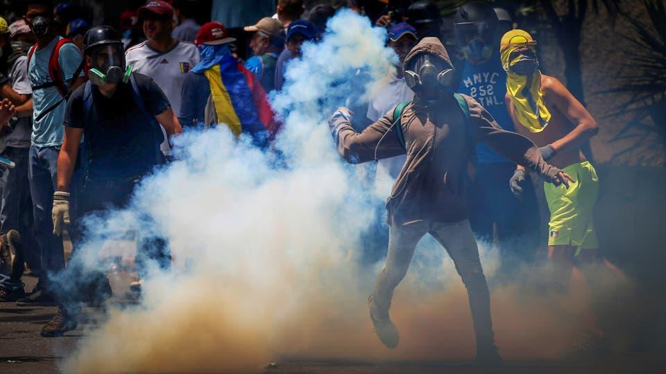Miles de personas marchan contra el gobierno de Nicolás Maduro en Caracas. Foto: Reuters / Carlos Garcia Rawlins