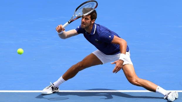 Novak Djokovic en una devolución durante su partido contra Dominic Thiem de Austria en el torneo de tenis Kooyong Classic en Melbourne