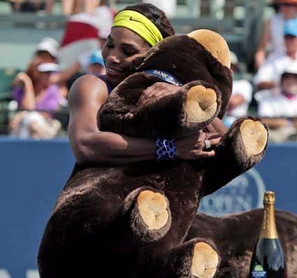 Serena, cariñosa con el osito