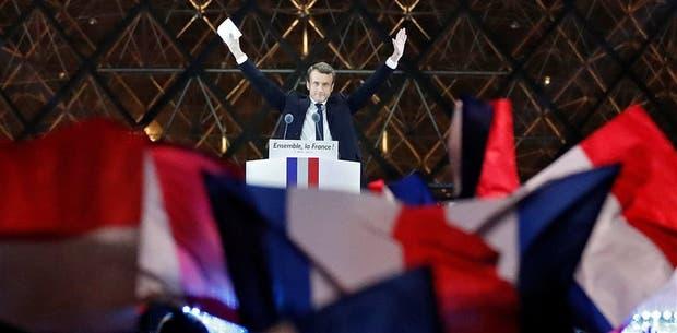 El saludo de Macron a sus seguidores, anoche, en la explanada del Museo del Louvre
