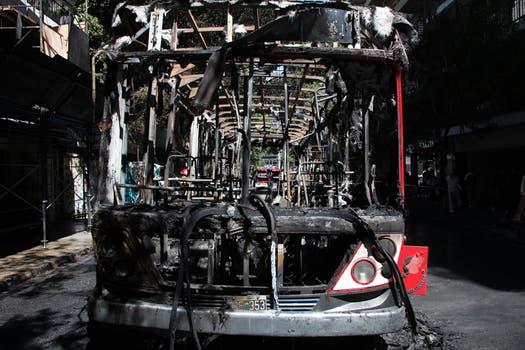 Comenzó a incendiarse pasadas las 11, en Virrey del Pino y Moldes, debido a una falla mecánica. Foto: LA NACION / Guadalupe Aizaga