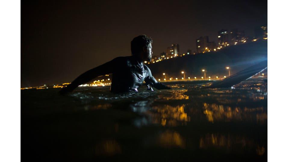 El surf nocturna comenzó en La Pampilla luego de una disputa con el municipio en el 2015 porque querían ensanchas el camino costero. Foto: AP / Rodrigo Abd