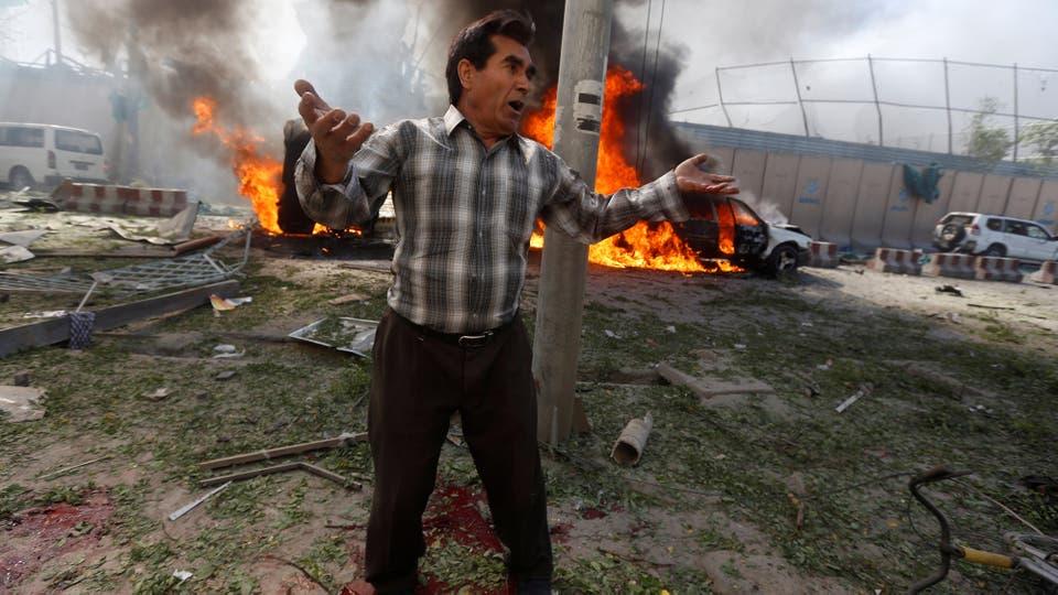 Un hombre intenta conseguir ayuda tras el atentado. Foto: Reuters