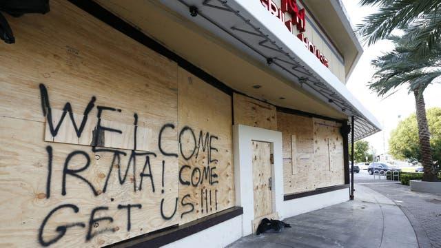 """""""Bienvenida Irma. Ven a agarrarnos"""", el mensaje al huracán en el frente tapiado de un restaurante"""