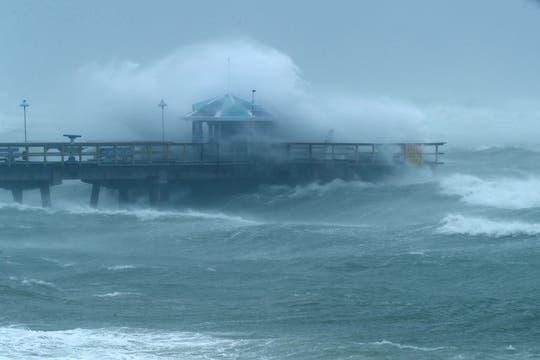 Las enormes olas producidas por el Huracán Irma contra el puerto Anglins Fishing en Fort Lauderdale, Florida. Foto: AFP