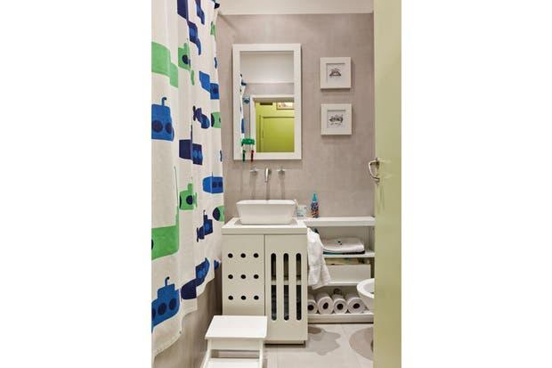 El baño de los chicos con piso de cemento enduro gris y revestimiento de pared cerámico San lorenzo (SBG)..