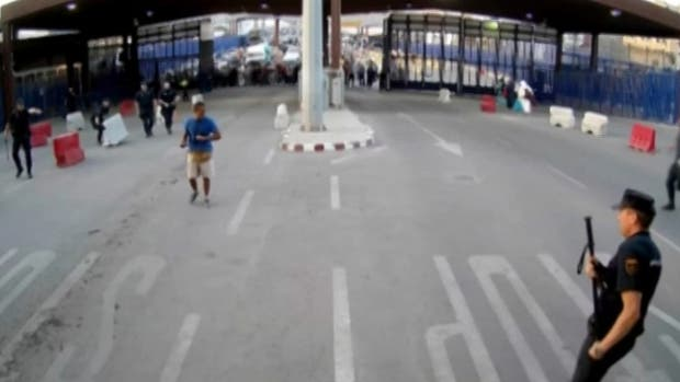 """Video: un hombre armado atacó a policía en Melilla al grito de """"Alá es grande"""""""