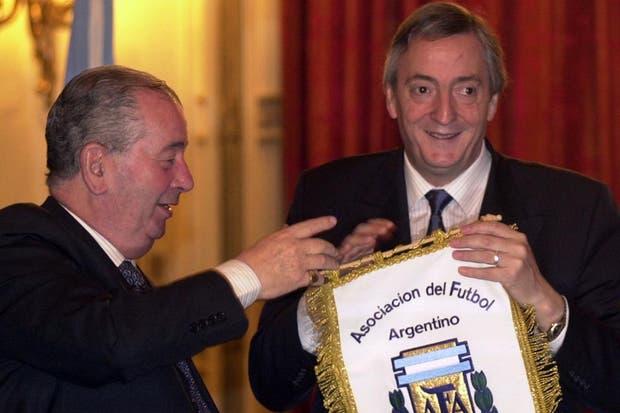 Junto a Néstor Kirchner cuando firmó el convenio deporte sin tabaco en junio de 2003.  Foto:Archivo