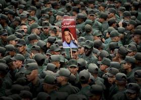 Soldados venezolanos sostienen un póster de Chávez, ayer, durante la conmemoración del golpe de 1992