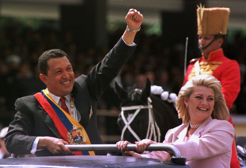 El 4 de febrero de 1999 junto a su esposa Marisabel, saluda a la multitud luego de jurar como presidente de su país. Foto: AP