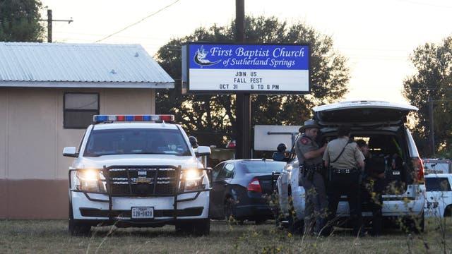 Tiroteo en una iglesia en Texas: Trump buscó desligar a las armas de la masacre