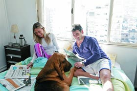 Silvia y Fernando no tienen horarios; dicen que son de la barra mascotera: cuidan a su perro Vashu como a un niño