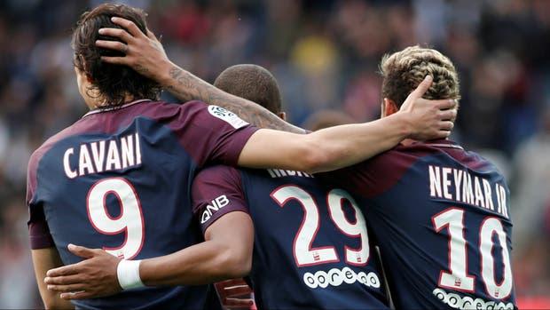 La celebración de Cavani, Mbappé y Neymar