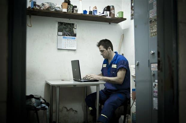 Madrugada de sábado en la estación Pasteur-Amia: en un pequeño cuarto, Ferrari les da forma a los relatos de su nuevo libro, después de barrer y levantar la basura del andén