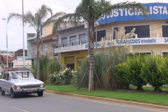 El acceso al distrito desde la autopista Ezeiza-Cañuelas es nuevo; un coqueto boulevard con palmeras divive uno y otro lado de la avenida. Foto: LA NACION / Natalia Pecoraro