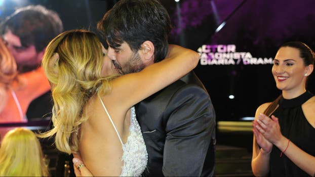 Juan Darthés y un beso efusivo con su mujer. Foto: Archivo / Prensa Artear