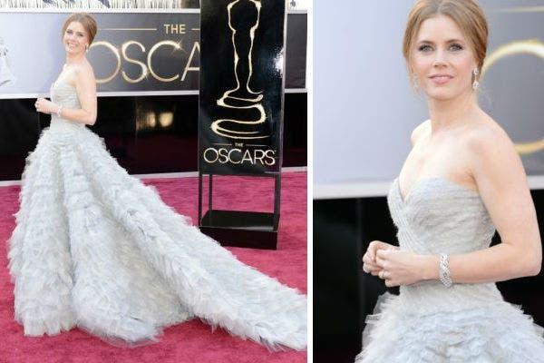 Amy Adams apostó a un vestido en azúl pálido de Oscar de la Renta, con cola, strapless y una textura imposible de pasar por alto. Foto: AFP