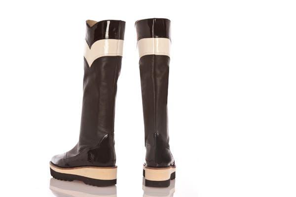 Ponele onda a los días de lluvia con estas botas en nude y negro acharoladas. Cuestan $2000. Foto: Gentileza Ferroni