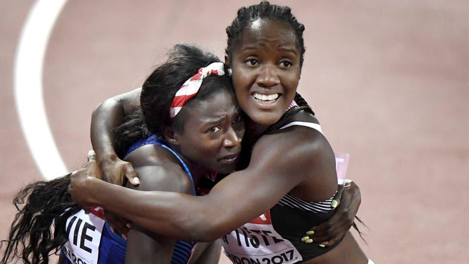 Kelly-Ann Baptiste (der.) abraza a la estadounidense Tori Bowie (centro) luego de la final de la prueba de los 100 metros. Foto: Reuters