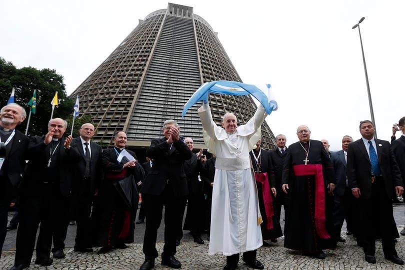 Francisco devolvió las muestras de cariño con bendiciones y gestos de afecto a quienes no pudieron ingresar a la Catedral. Foto: Reuters