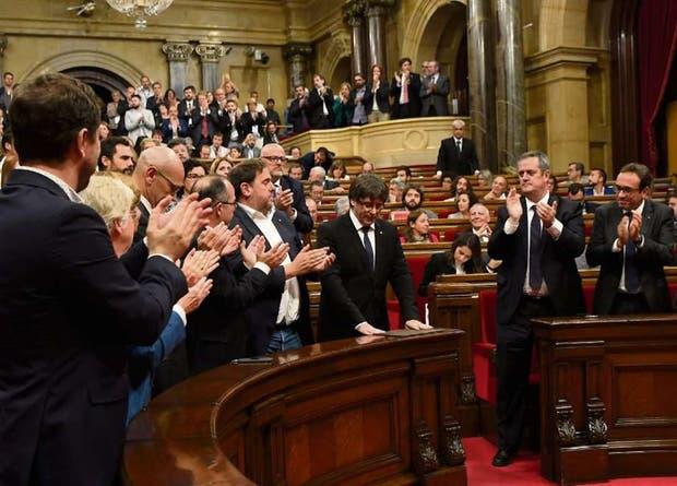 Tibios aplausos y opositores sentados antes del discurso de Carles Puigdemont