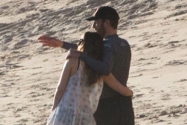 Dakota Johnson y Chris Martin juntos en el una playa de Malibú. Los rumores del romance existen desde noviembre, cuando reconocieron a la actriz de 50 sombras de grey en la cabina de sonido del recital de Coldplay en Argentina