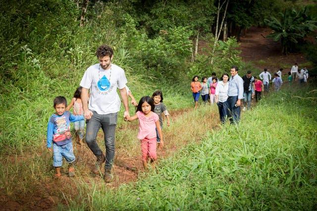 Nicolás visitando una comunidad en el Norte del país para llevarles agua segura