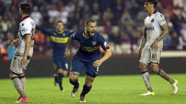 Darío Benedetto se lanza al festejo; el delantero aprovechó una falla defensiva y le dio la victoria a Boca cuando faltaban seis minutos