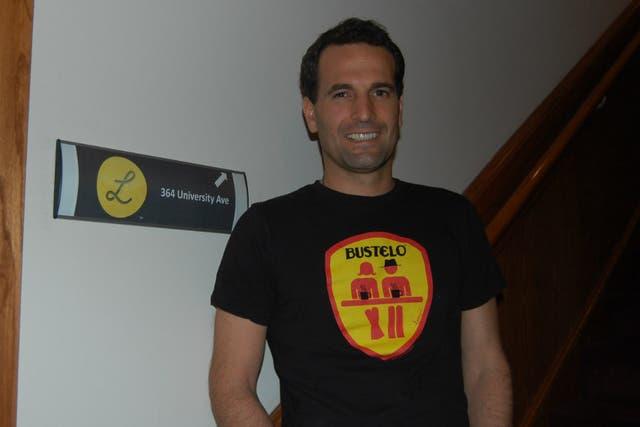 Wenceslao Casares en la entrada a su oficina en Palo Alto