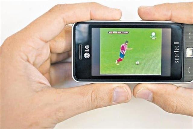 Un teléfono celular LG con sintonizador de televisión digital terrestre. Las operadoras locales planean lanzar al mercado unas 2,4 millones de unidades con esta característica