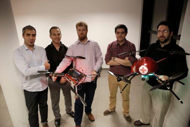 Mauro García Aurelia, Fernando Lipovetsky, Augusto Chesini, Diego Pereyra, y Kevin Dagostino con los prototipos de los drones para médicos
